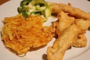 Sörtésztában sült csirkemell csíkok szalmaburgonyával és cukkini salátával