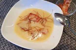 Tormakrémleves sült bacon darabokkal és chili szálakkal