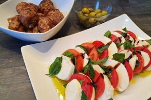 Caprese saláta és grillezett marhahúsgolyók