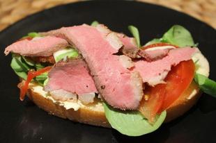 Könnyed szendvics készítése rozé kacsamellből
