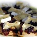 Brie sajtos, lilahagymás tésztakorongok