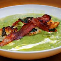 Zöldborsóleves pirított baconnel