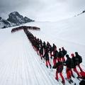Piros-fekete túraszerkósokról látványos, téli fotók a havas hegyekben