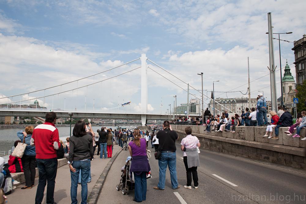 Besenyei Péter Erzsébet hídról felszáll