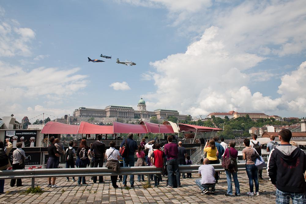 Flying Bulls bemutató -  B25, P38, F4U hasítja a a levegőt a Duna felett