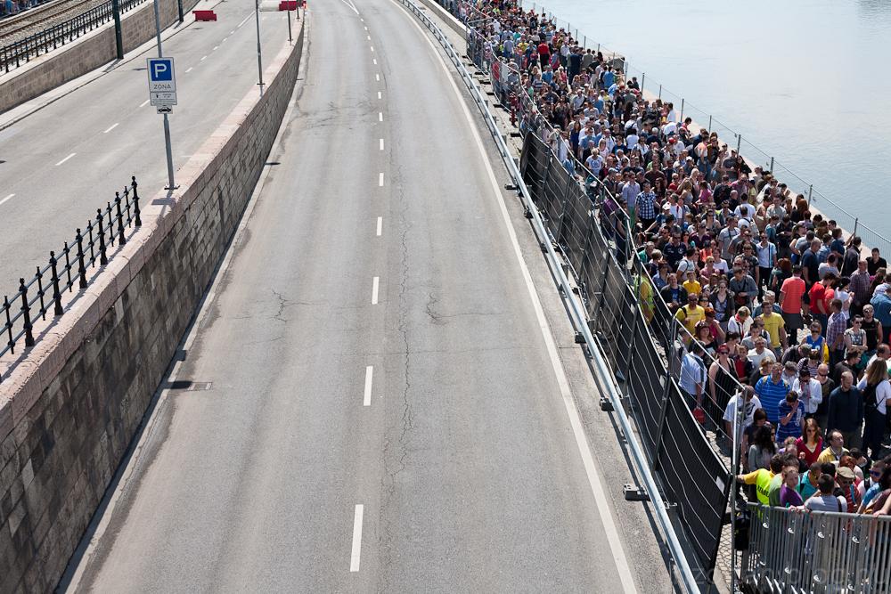 Hömpölygő tömeg, a rakpart lezárva az autós bemutató miatt, egy mobil hídon lehetett átkelni - n a g g g g y o n      l a s s s s s s a n.....