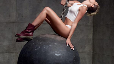 Miley Cyrus - Wrecking Ball     ♪