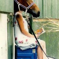 Kissé lófejű a nő