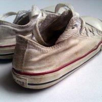Fehér, nem kímélt tornacipő újrafehérítése egyszerűen