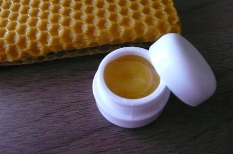 mézes-fahéja ajakápoló