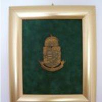 Királyért és hazért feliratú címer dombormű