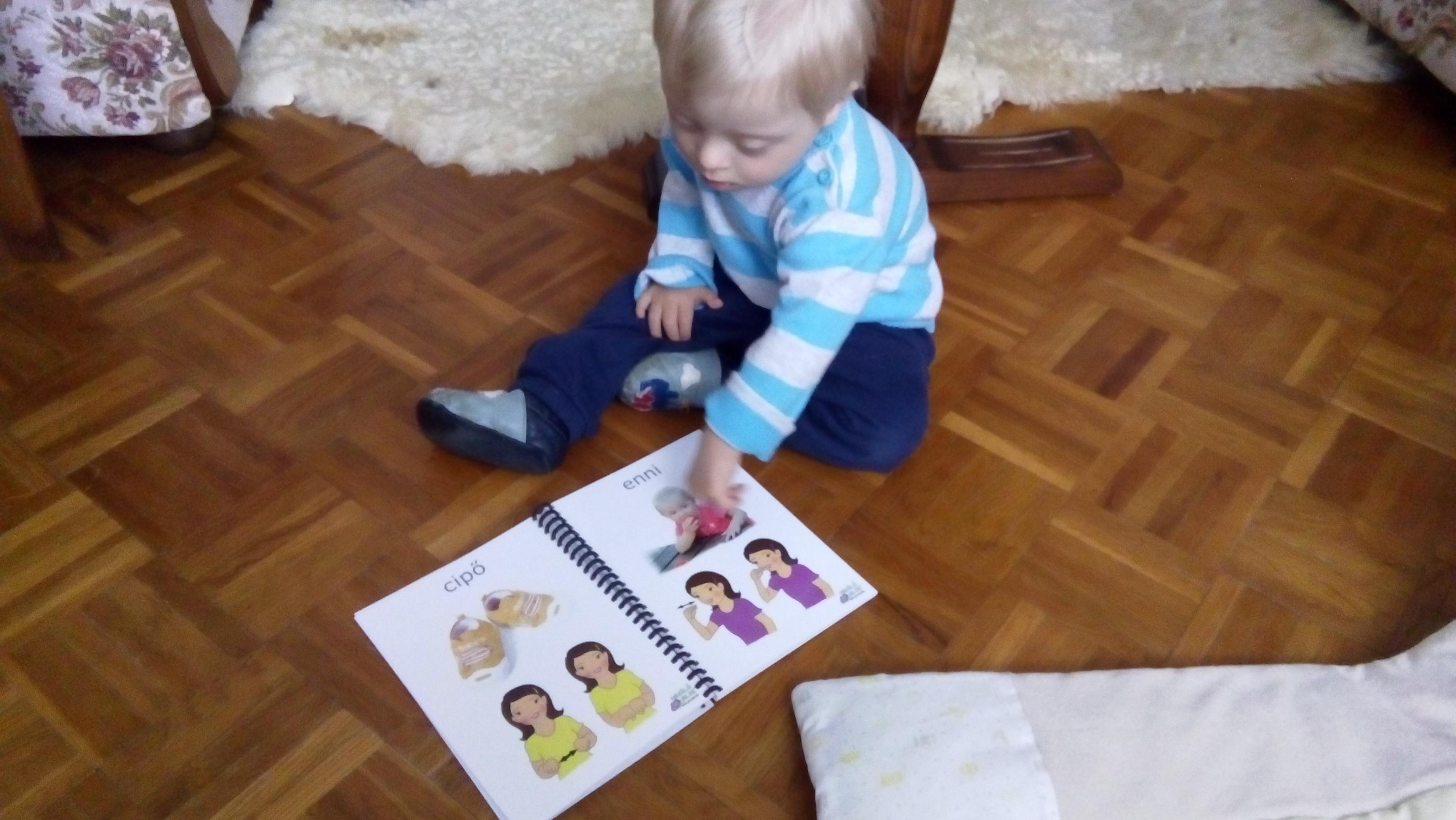 Picúr a Lapozgatóval, mutatja a képen a babát, mert azt mindehol megmutatja