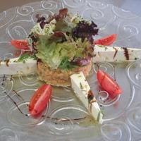 Vöröslencse saláta, zöld fűszerekkel pácolt kecskesajttal