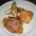 Borjúgerinc, sajtos endíviával, francia rakott burgonyával és jus-vel