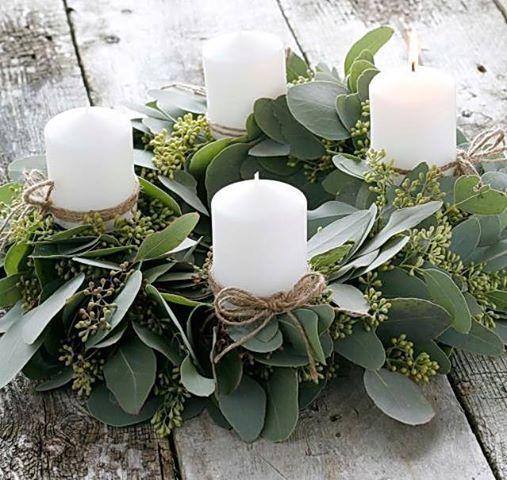 Ezt is imádom. 4 fehér gyertya és élő zöld növények. <br />Forrás: