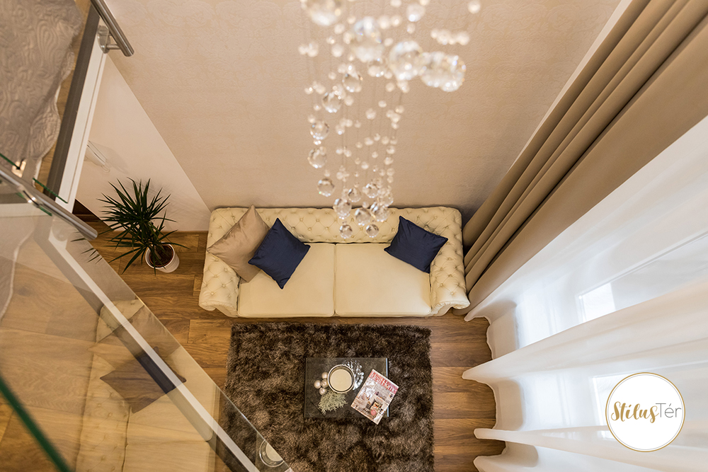 Nappali látképe a galériáról - home staging - ingatlan styling