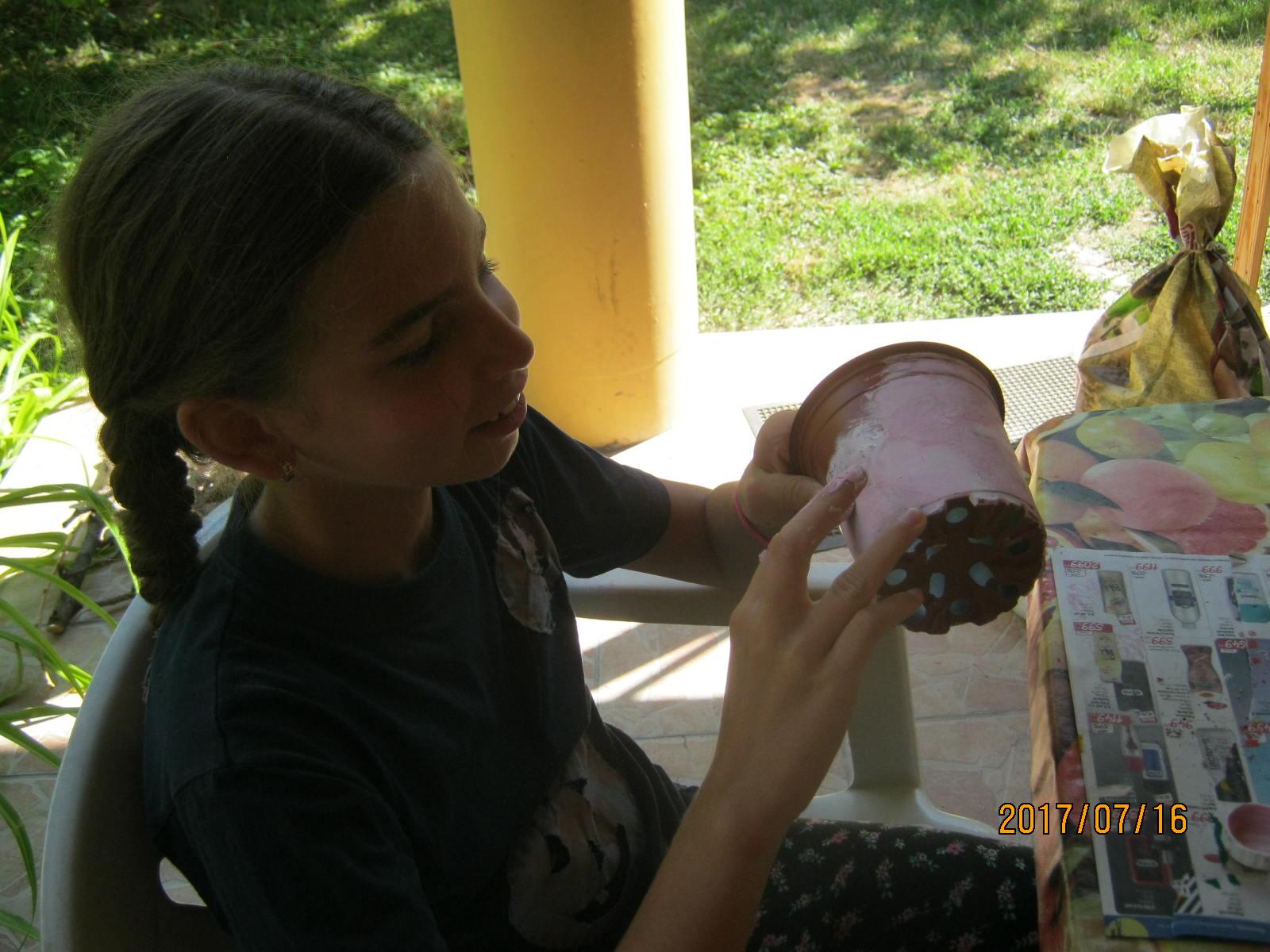Laura kézzel dekorált egy cserepet, saját keverésű színnel.