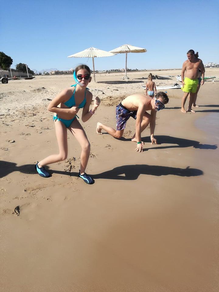 Irány a tenger! <br />A gyerekek hősiesen a habok közé vetették magukat, dacolva a széllel és a víz hőmérsékletével.