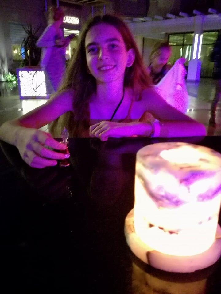 ...és Laura, az első esti koktélra várva.