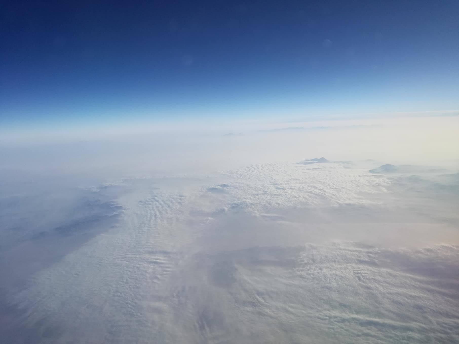 Hajnalodik a felhők fölött