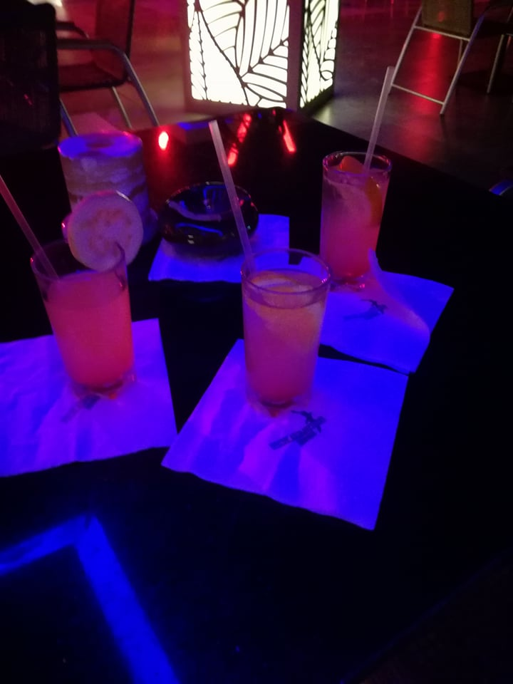 Ahogy illik egy egzotikus nyaraláson: színes italokkal köszöntöttük az első estét (és aztán minden továbbit is :D )