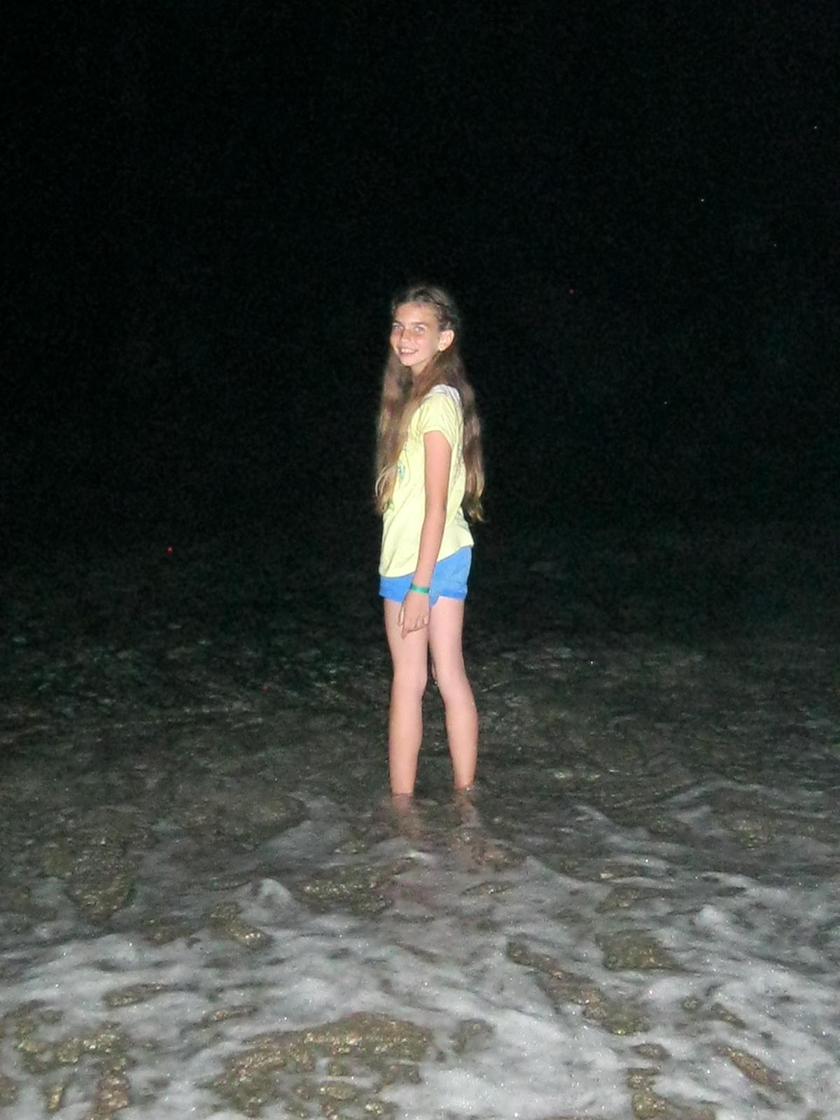 Első este, érkezés után, lent a parton. Laura nem csak megnézte, ki is próbálta a vizet...