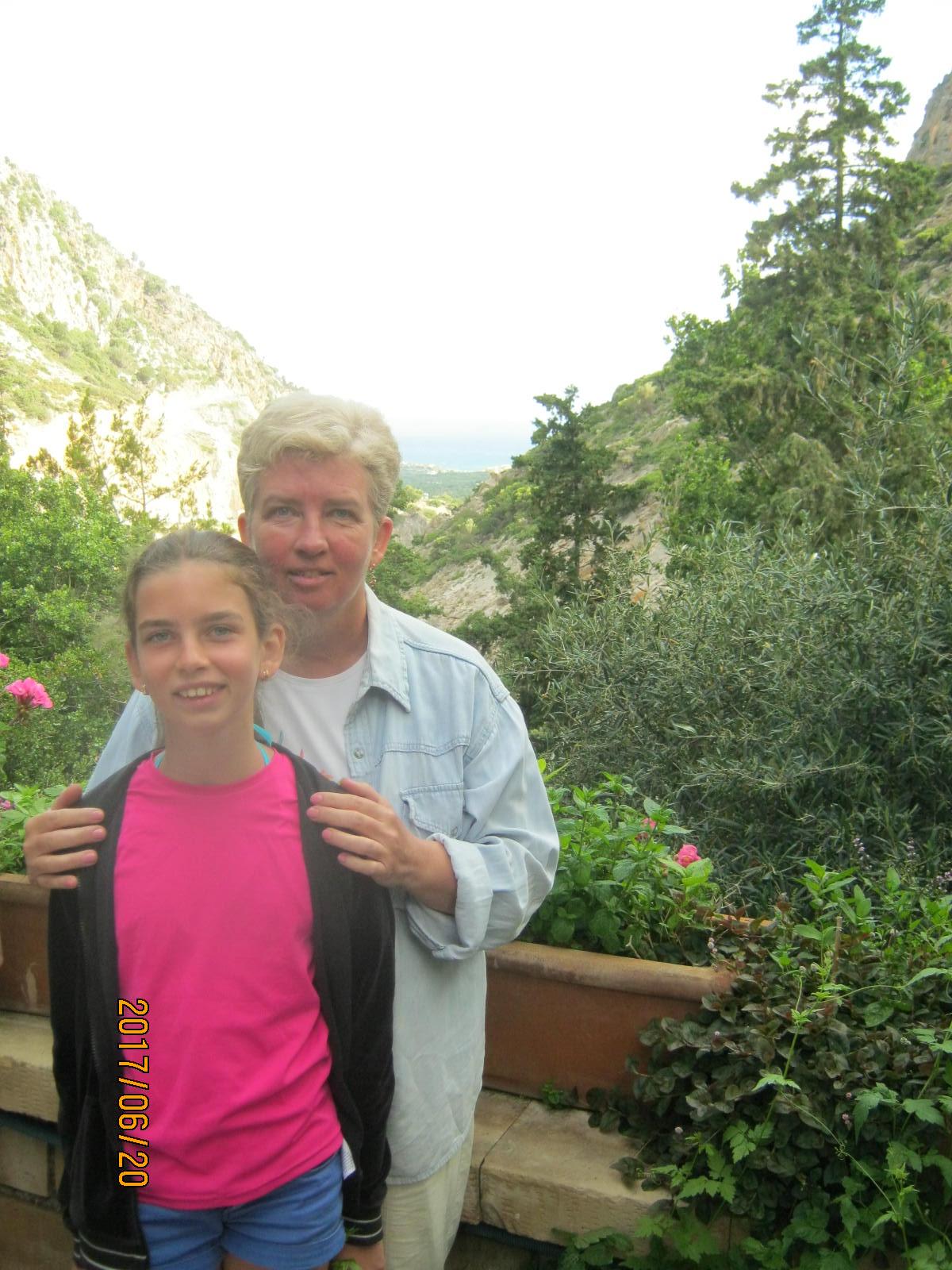 Laura és én a templom kertjében, mögöttünk varázslatos hegyi panoráma
