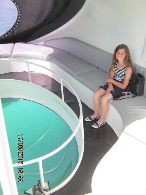 Laura indulásra várva, az üvegaljú hajó lenti panoráma ablakánál