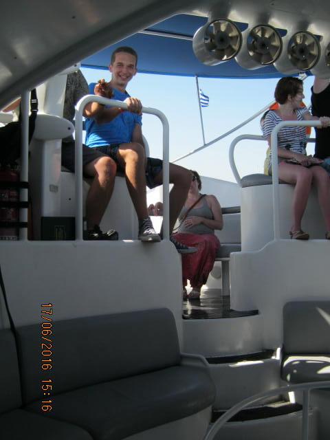 Soma ül a pilóta mellett. Igaz, rendesen kapta az arcába a sós vizet a száguldás közben, de nagyon élvezte