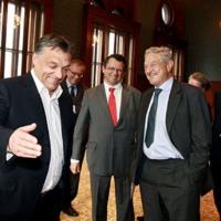 Lebukott Orbán, ő hajtja végre a Soros-tervet