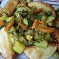 Indiai fűszerezésű zöldségek csőben sült krumplival