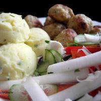 Metélőhagymás krumpligombócok borsikafüves, chilis csirkefasírtokkal