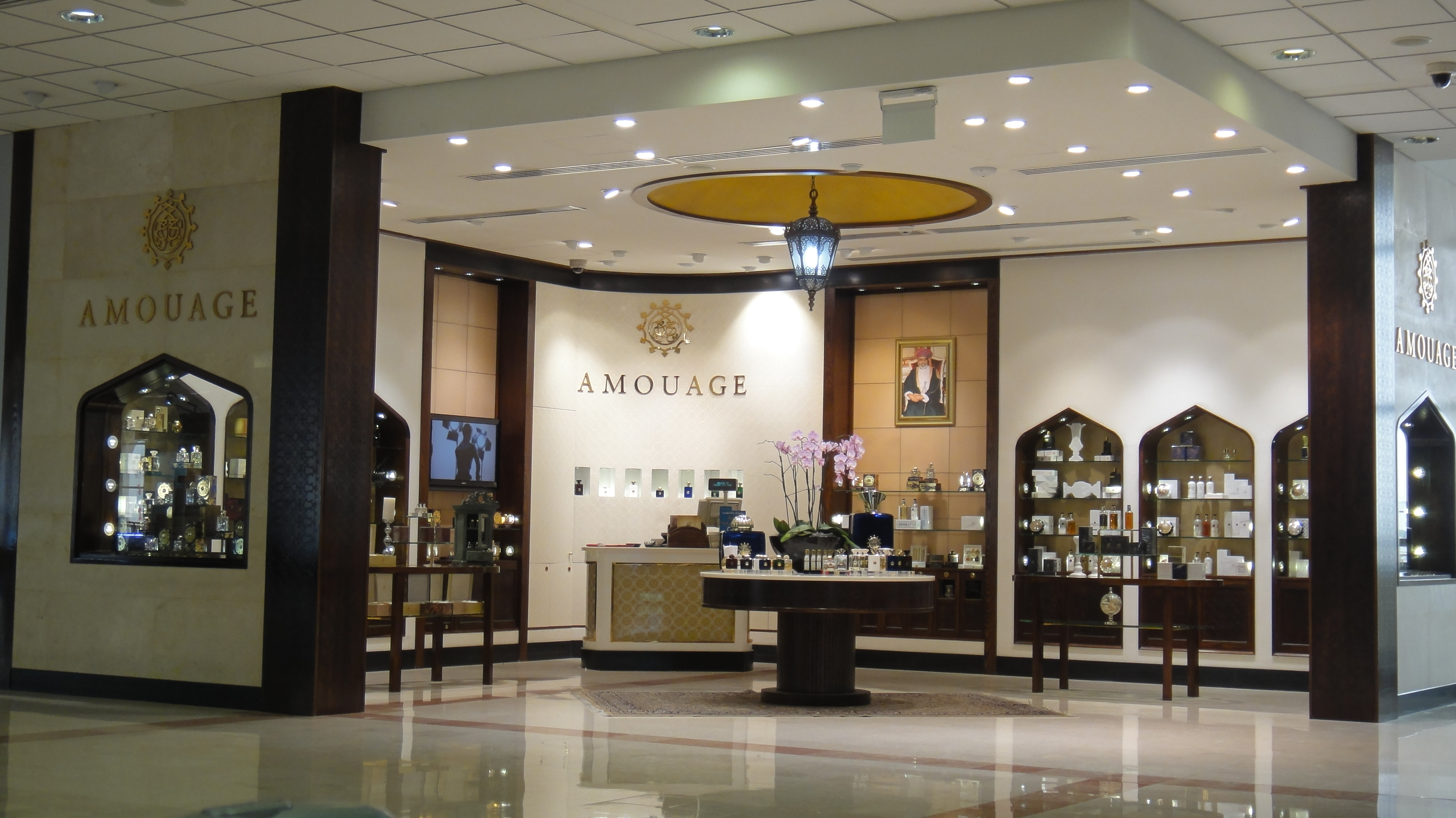 44-amouage-corner-shop-in-oman-airport.jpg
