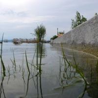 Így eresztik le a Balaton vizét