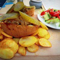 Kipróbáltuk a Balaton legextrémebb ételét: lángosburger, ami üt