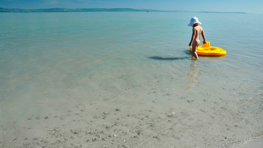 Embermagasságú hullámok a Balatonban