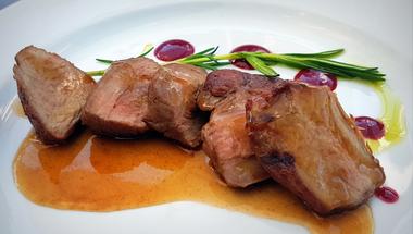 Ahol minden hús a faszénen végzi: Sáfránkert