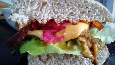2000 alatt a Balatonon: Pulled pork szendvics, Kredenc Borbisztró