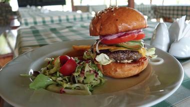 A legjobb balatoni hamburger nyomában: a Söptei szarvasa