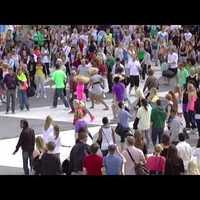 Michael Jackson fanok tánca az utca közepén