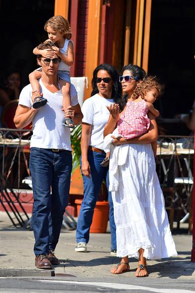 Camila Alves Matthew McConaughey Levi Vida.jpg