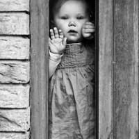 Kelta portréi kisgyerekekről, többnyire fekete fehérben