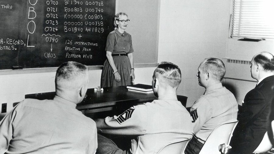 Grace Hopper programozást tanít