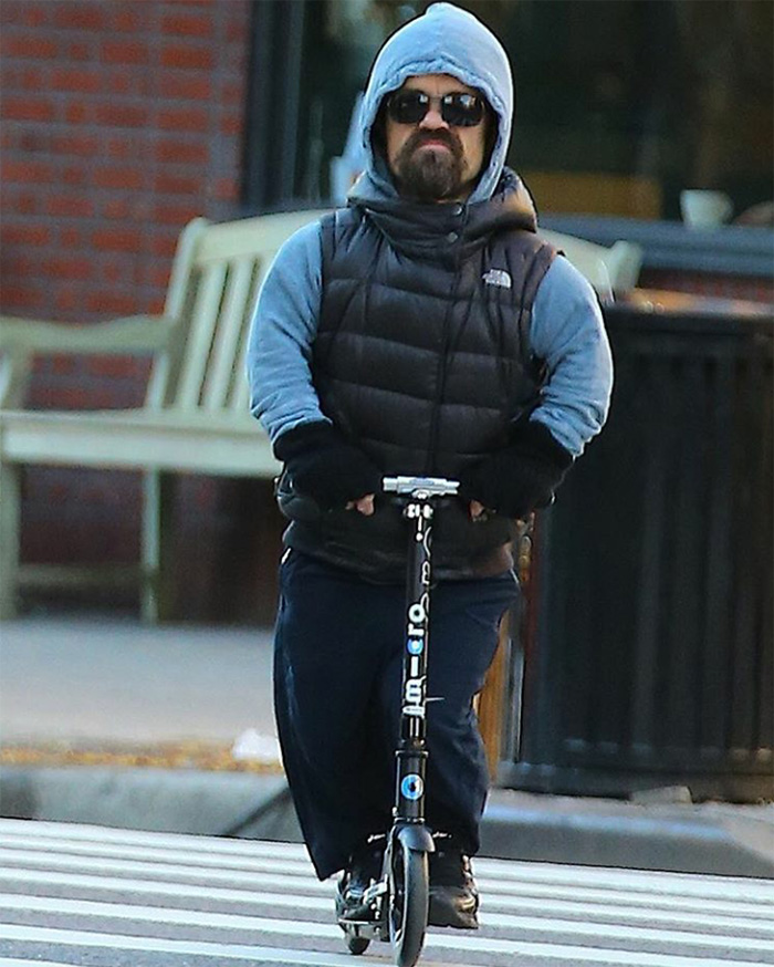 Peter Dinklage, a Tyrion-t játsztó színész egy rolleren :)