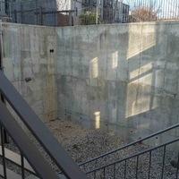 Beton-börtönből hangulatos kertecske
