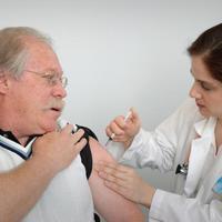 Már 60 éves kortól igényelhető térítésmentesen az influenza elleni védőoltás