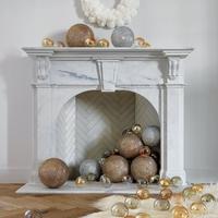 Szexi szőrmedísz a karácsonyi kandallónál