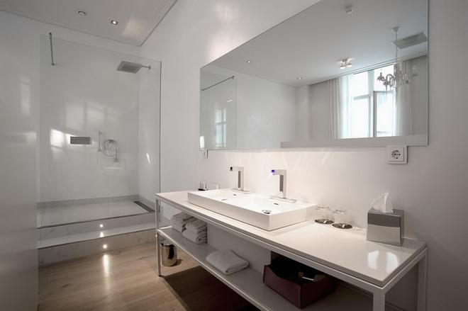 het-arresthuis-director-bathroom.jpg