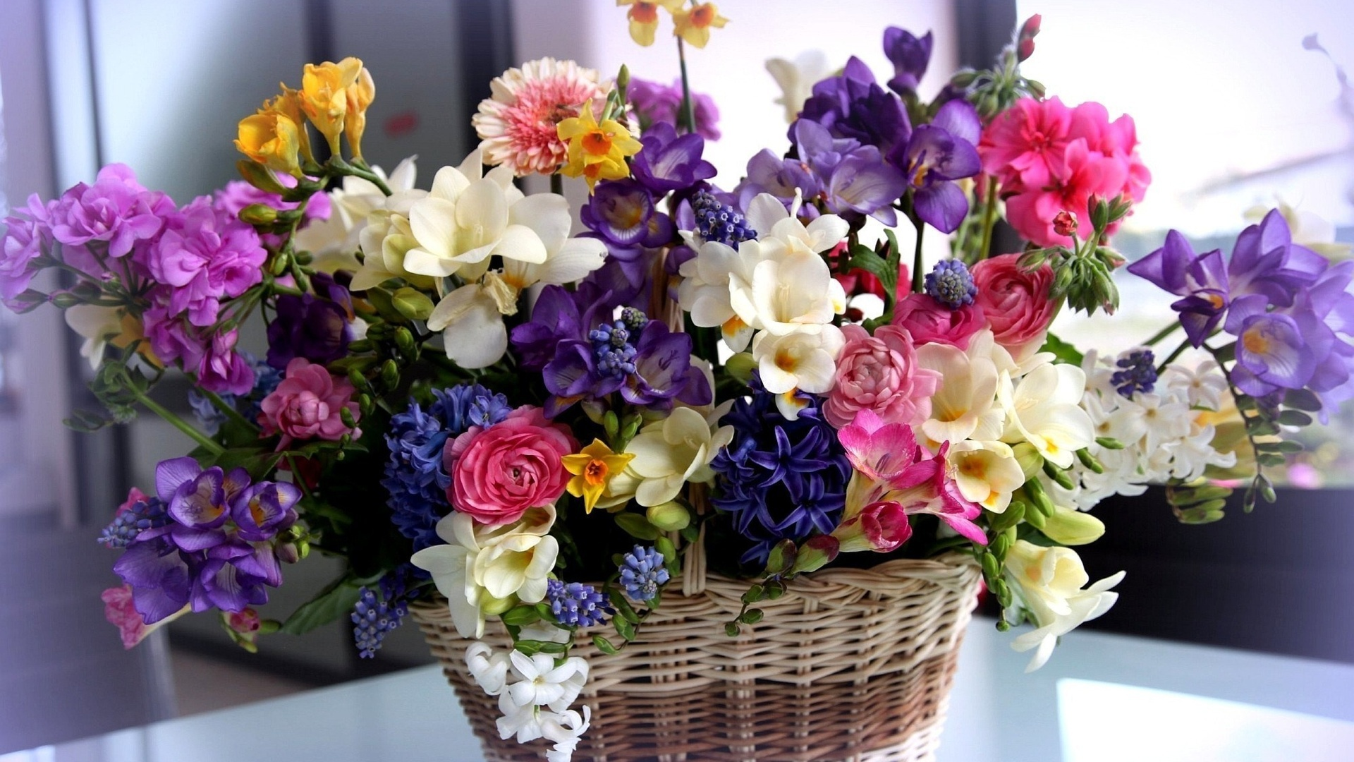 holidays_international_womens_day_beautiful_bouquet_in_a_basket_on_march_8_057122.jpg