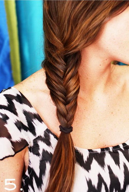 Színes fonalak a hajfonatban